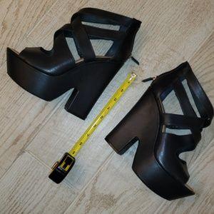 Beautiful Navy BCBG Max Azria Platform Sandals